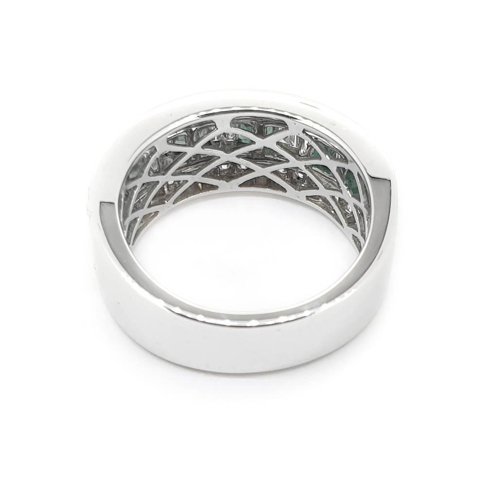 Elegant Emerald and Diamond Ladies Ring